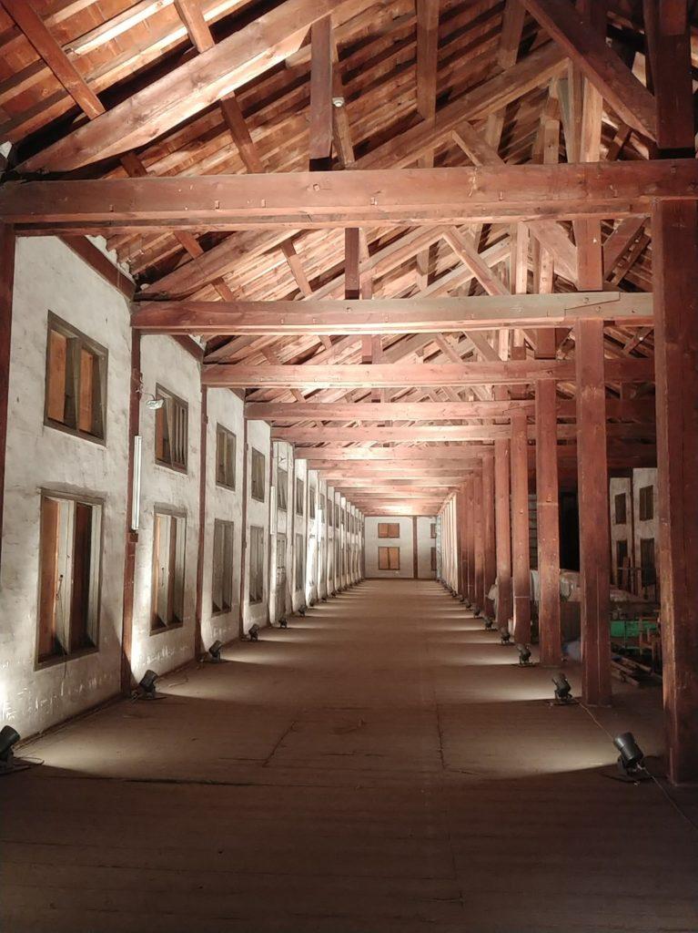 トラス構造の屋根が映えます